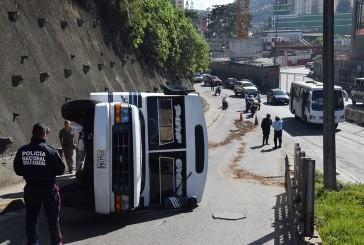 Volcó autobús en distribuidor de La Matica