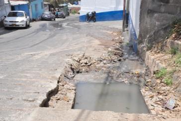 2000 familias caminan sobre aguas negras en Alberto Ravell