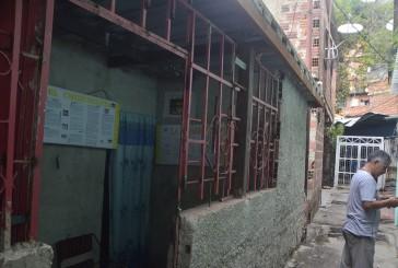 Barrio Adentro de El Nacional Trabaja sin Baños y Puerta