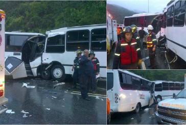 Choque frontal de 2 autobuses deja 15 heridos