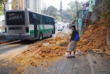 Derrumbe en km 24 complicó tránsito en la Panamerican