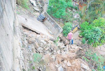 Aguaceros causan destrozos a viviendas y muros