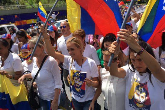 Mujeres en contra del gobierno de Maduro marchan en Caracas