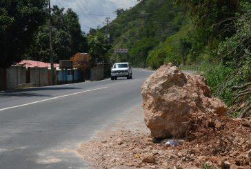 Gran Roca en la Panamericana dificulta el tránsito