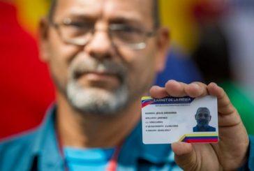 """Cientos de venezolanos tramitan """"el carné de la patria"""" creado por el Gobierno"""