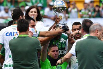 Los tres sobrevivientes del Chapecoense alzan la Copa Sudamericana
