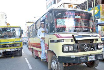 Autobuseros comenzaránhoy a cobrar el pasaje a Bs. 100