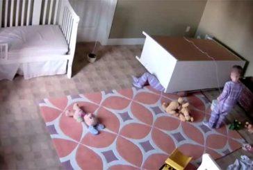 Niño de 2 años salva a su hermano gemelo de una tragedia doméstica