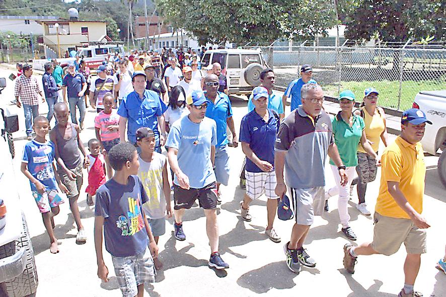 Capriles supervisó culminación de obras en zona rural de Higuerote