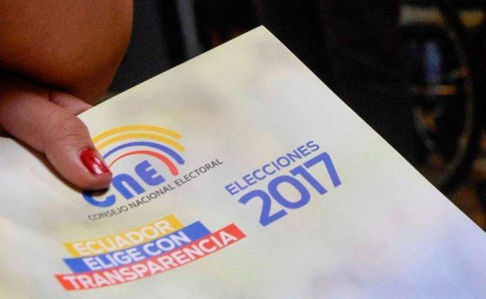 Personas con discapacidad votan en jornada adelantada de elecciones en Ecuador