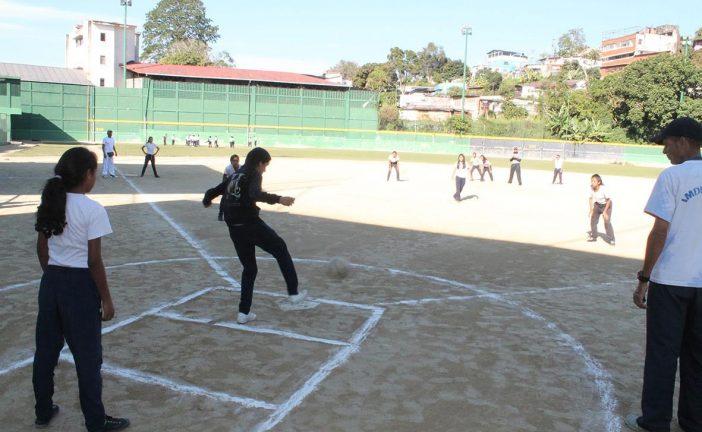 Colegios públicos y privados de Carrizal participaron de intercolegial de kickingball