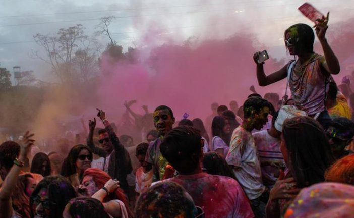 Festival Holi llenó de colores a Caracas