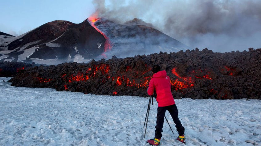 Nube de ceniza por erupción del Etna paraliza tráfico aéreo en Sicilia
