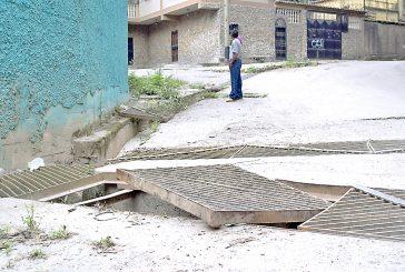 Alcantarilla peligrosa en la calle Mario Briceño