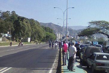 Oficialistas trancan la Valle-Coche en ambos sentidos