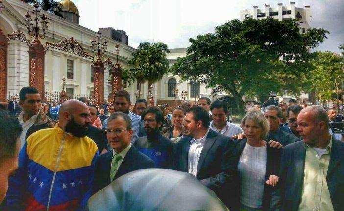 Diputados de la AN se dirigieron a tarima oficialista para exigir elecciones