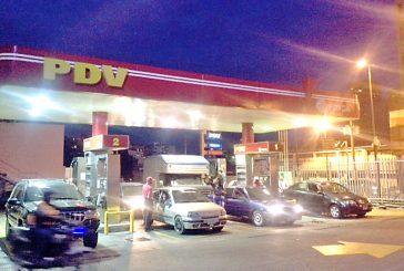 Largas colas por falta de gasolina
