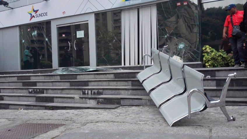 Un grupos de sujetos atacó sede de la Sundde en Chacao
