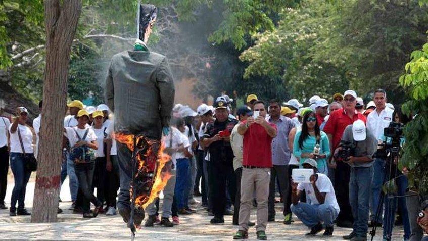 La quema de Judas: Costumbre de justicia popular que cierra la Semana Santa en Venezuela