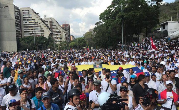 Movilización opositora llega a la Conferencia Episcopal Venezolana