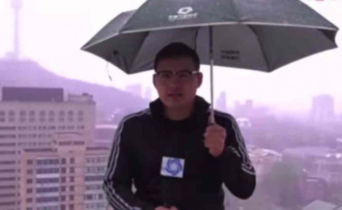 Reportero chino fue alcanzado por un rayo mientras ofrecía reportes del tiempo