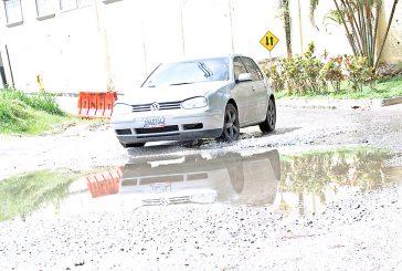 Bote de agua perjudica la calle El Puente
