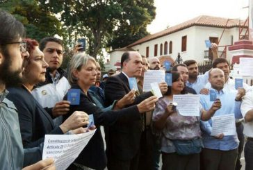 Diputados de la MUD entregan documento a la GNB para que cesen las represiones