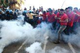 Policía ataca y lanza gases lacrimógenos a manifestantes en el G7 en Italia