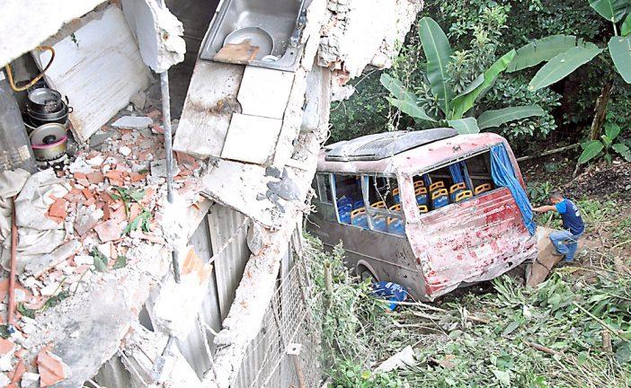 Yutong colisionó contra  casa en Guaremal