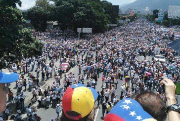 Opositores en protesta en la autopista Francisco Fajardo