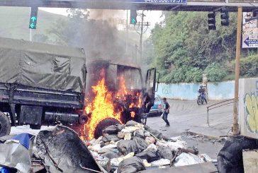 Secuestran y queman  camión del Ejército