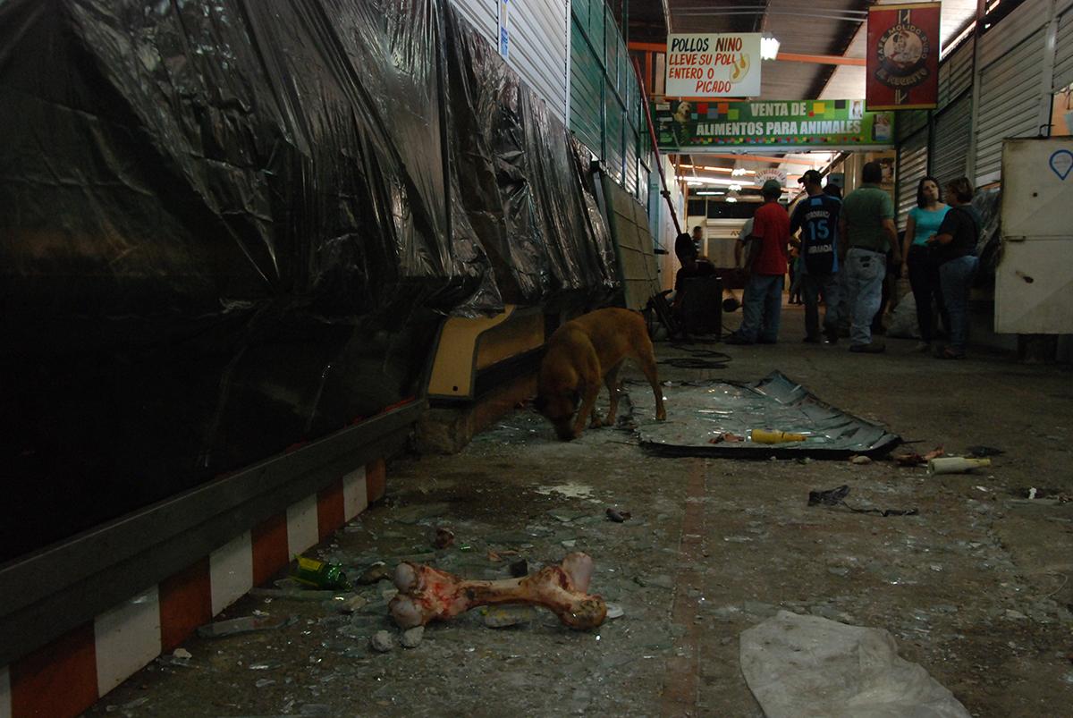 Vándalos destrozaron 50 locales del mercado