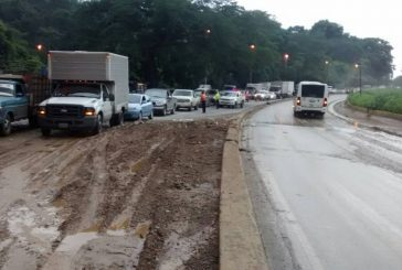 Derrumbe colapsa el tránsito en la autopista Regional del Centro