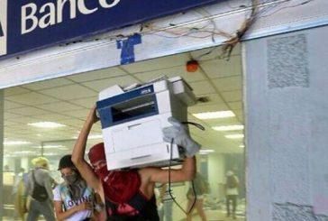 Saquearon agencia bancaria en Chacao