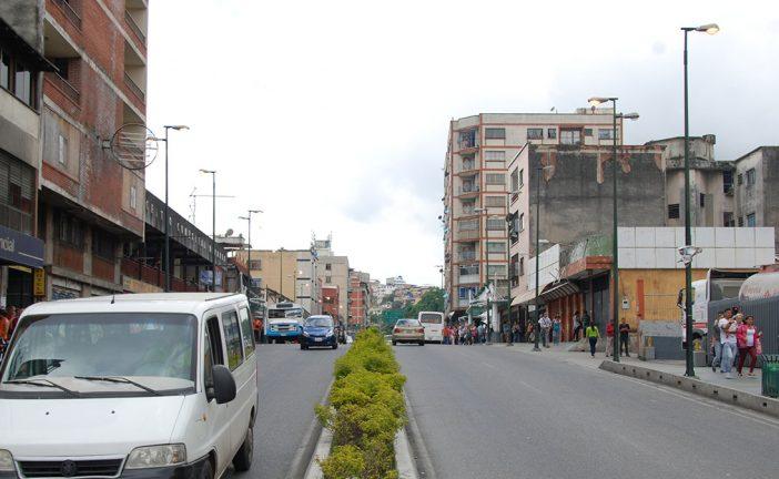 Postes en avenida Independencia alumbran solo de día