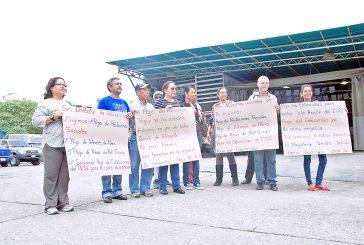 Protestan docentes jubilados