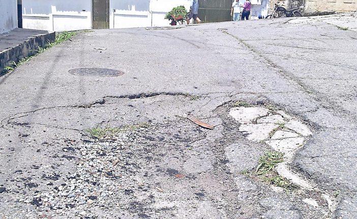 Vía principal de la Macarena  Sur tiene 11 huecos