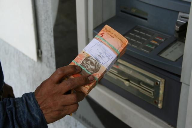 Usuarios denuncian rechazo de billetes de baja denominación