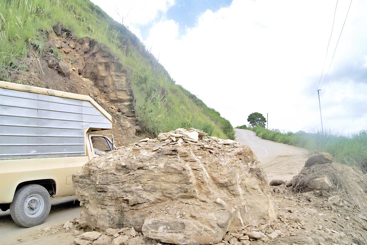 15 derrumbes colapsan vía hacia El Jarillo