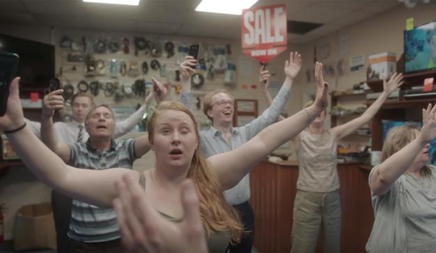 """Una panda de """"frikis"""" aficionados al binge-watching protagoniza este spot de Three"""