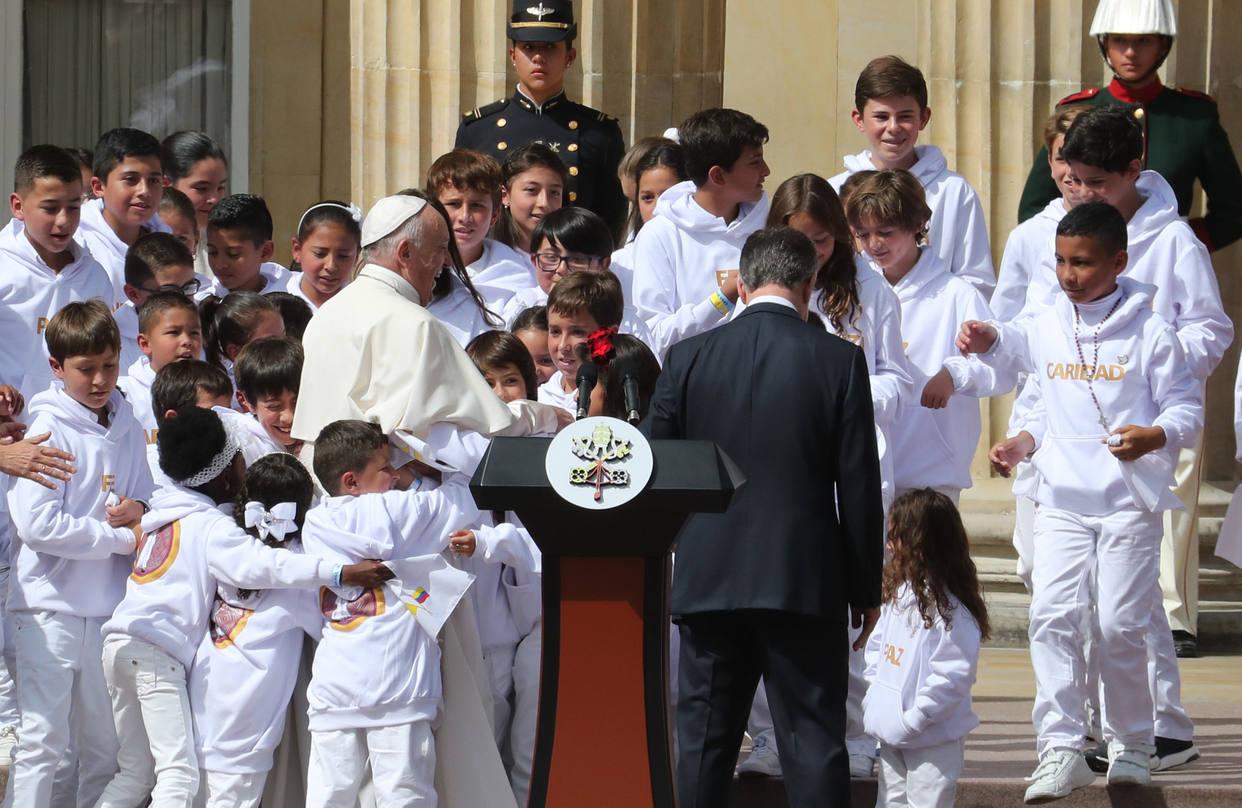 Niño le entregó una bandera de Venezuela al papa Francisco en Colombia