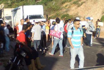 Manifestantes trancan la Panamericana por derrumbe en el km 39