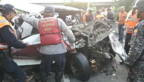 Un muerto y dos heridos dejó  accidente en la Francisco Fajardo