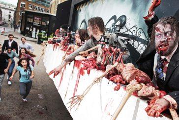 """Esta valla publicitaria """"viviente"""" siembra el terror zombie"""