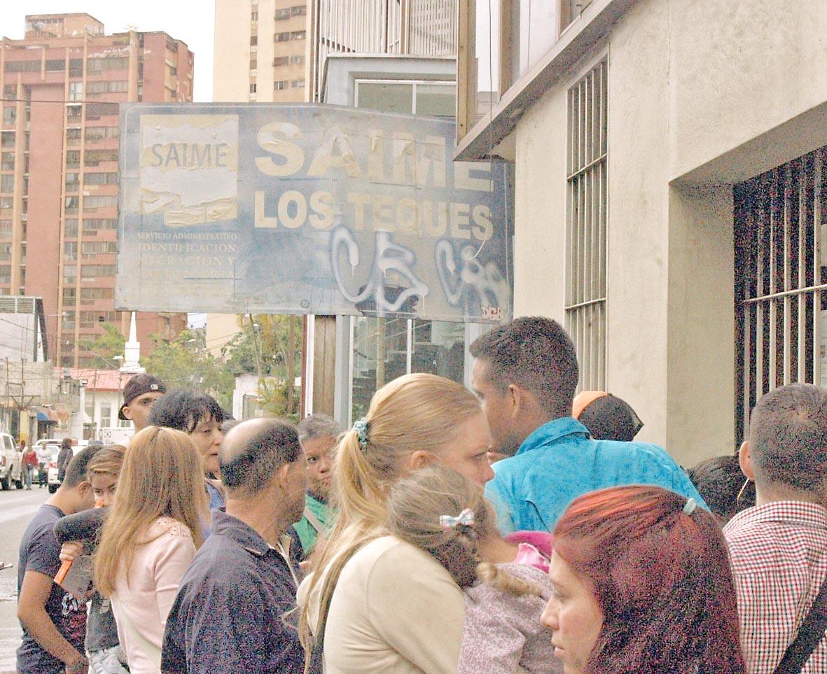 Protestan para exigir cédulas