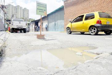 Calle Guaicaipuro sigue  minada de huecos
