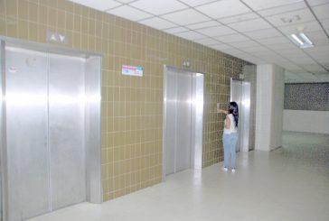Hospital cuenta solo con dos  ascensores operativos