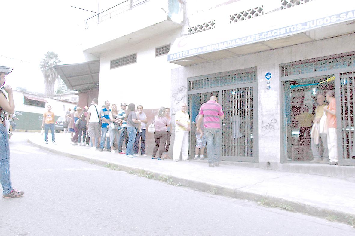 Persisten colas para comprar  pan en Los Teques