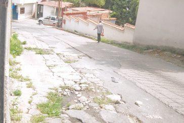 Choferes de El Panadero sufren  por troneras en la vía