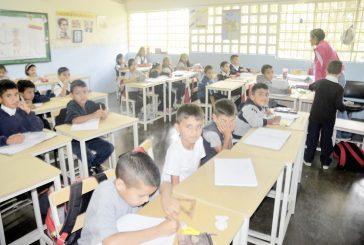 Escuela Tácata cuenta con 100 nuevas mesas sillas
